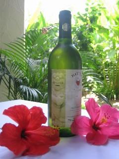 【写真】ハネムーナープレゼントの白ワイン