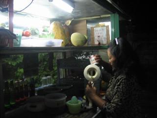【写真】ジュース屋さんのおばさん